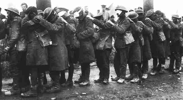 1915. Megvakult katonák sora a német gáztámadás után..jpg