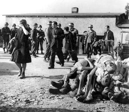 1945. A buchenwaldi koncentrációs táborba az amerikaiak által beterelt környékbeli lakosok. Céljuk az volt, hogy lássák, mi folyt a közvetlen közelükben..jpg