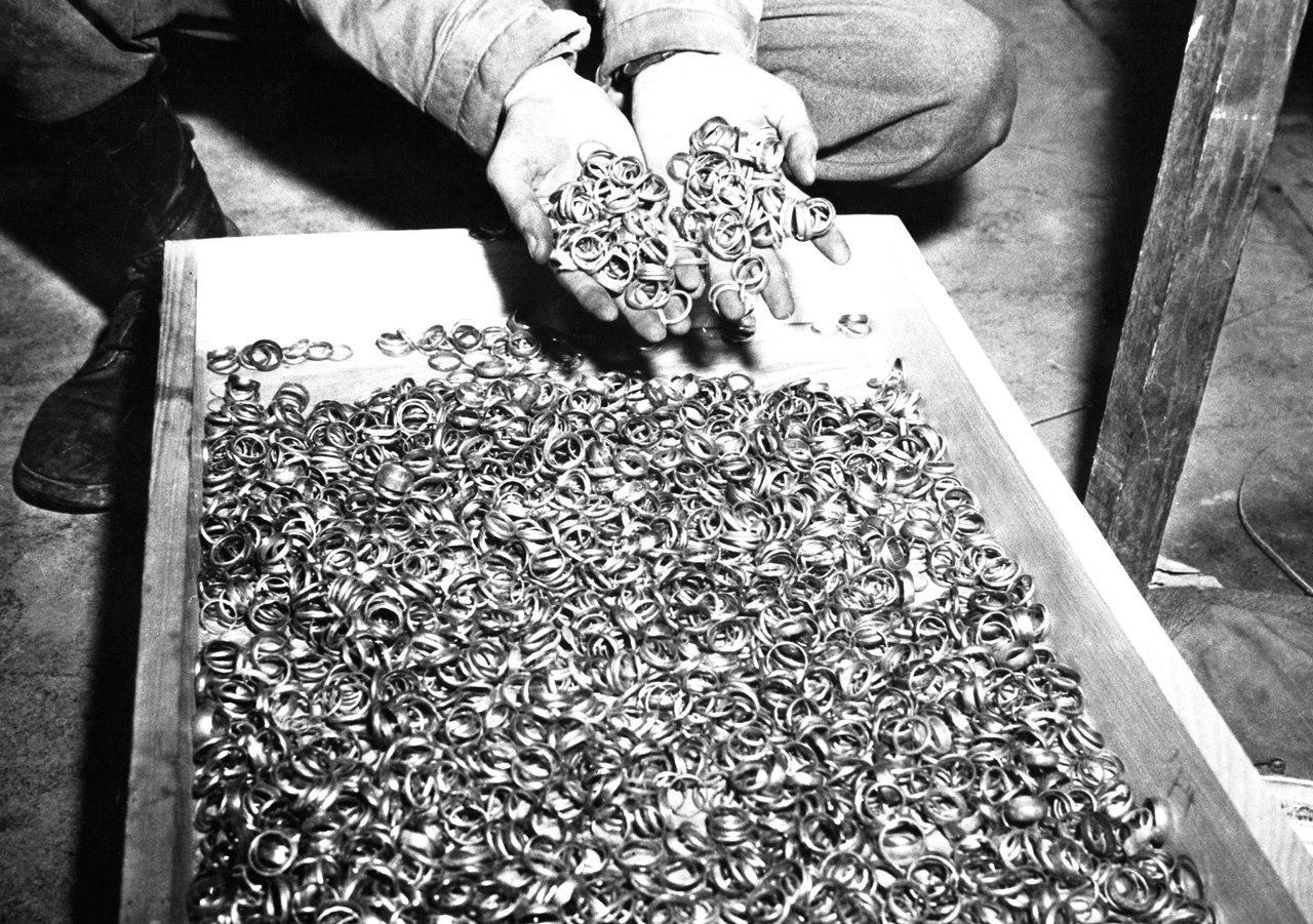 1945. Buchenwald. A koncentrációs táborban talált jeggyűrűk..jpg
