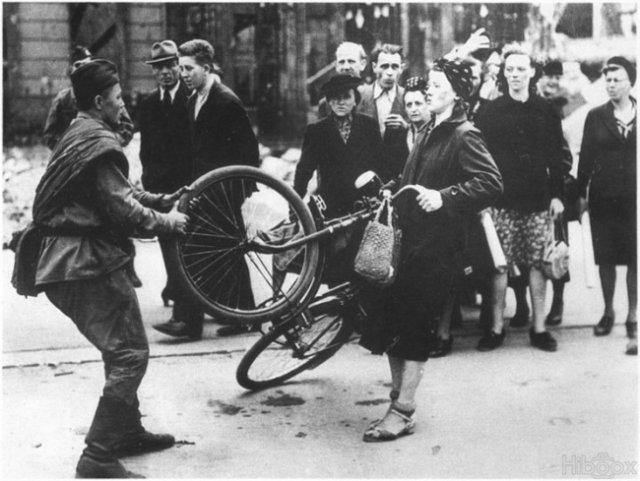 1945. Szovjet katona próbálja erőszakkal megvásárolni egy német nő biciklijét..jpg