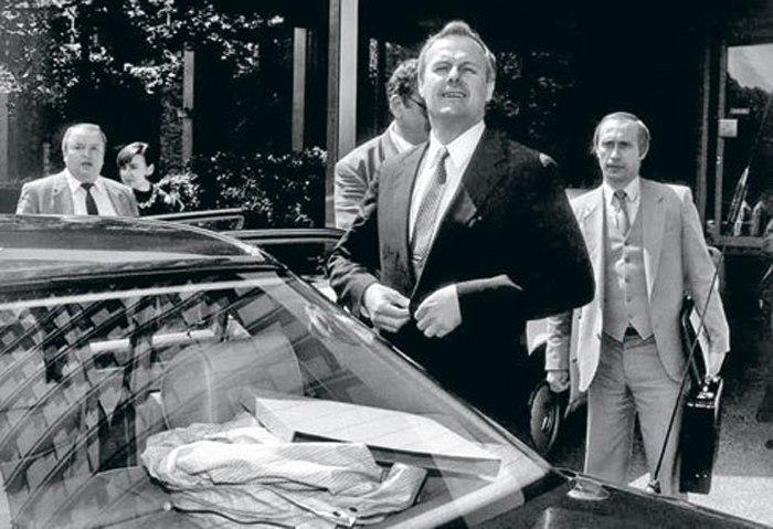 1992. Szentpétervár polgármestere, háttérben a helyettese Vlagyimir Putyin..jpg