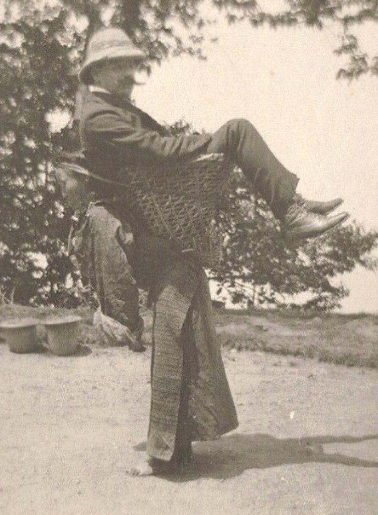 1903. Bengália. Brit kereskedő egy helyi nőt használ közlekedési eszközként..jpg