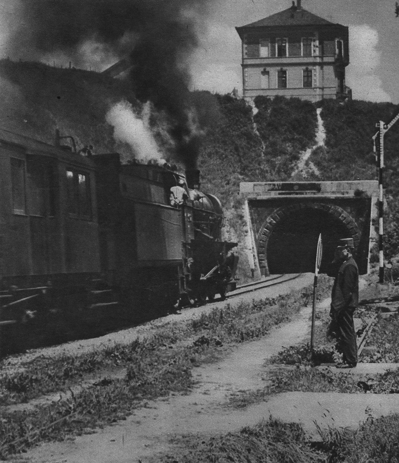 1927. Trieszti gyors a Déli pu. alagútja előtt..jpg