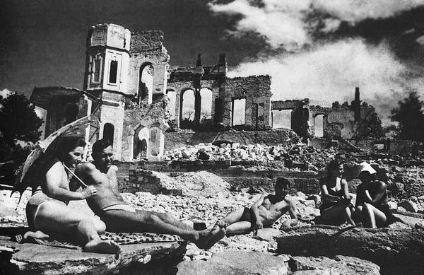 1944. A csak apokkal előbb felszabadított Szevasztopol lakosai élvezik a tavaszi napsütést..jpg