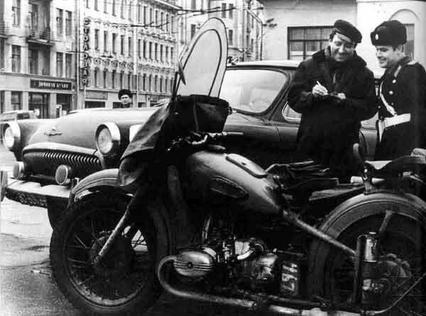 1960. Gyorshajtásért megállított Jurij Nyikulin színész, cirkuszigazgató..jpg