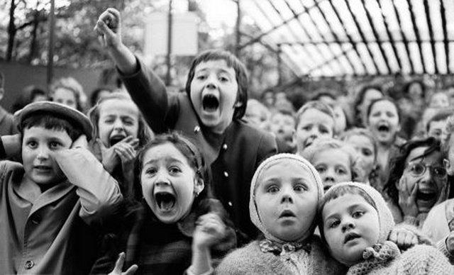 1963. Gyerekek bábelőadást néznek Párizsban. Abban a pillanatban készült a kép, amikor Szt. György legyőzi a sárkányt..jpg
