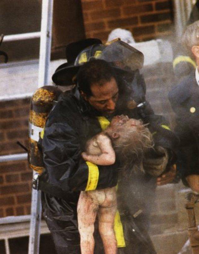 1989. Tűzoltő ment ki egy eszméletlen kisgyereket az égő házból..jpg