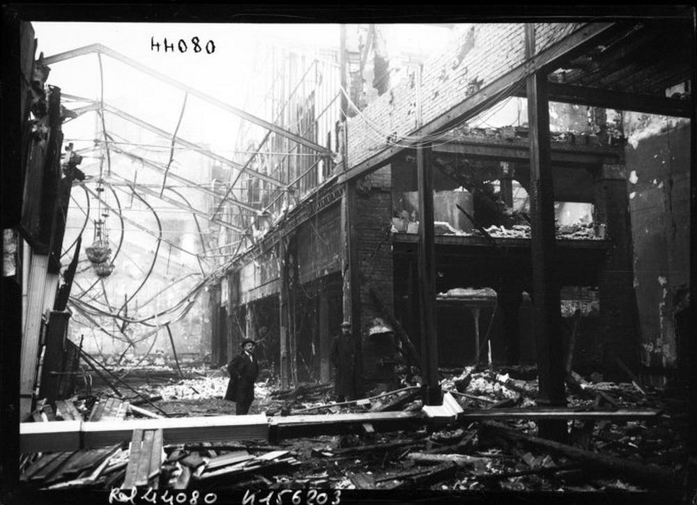 1915. A leégett Moulin Rouge romjai.jpg