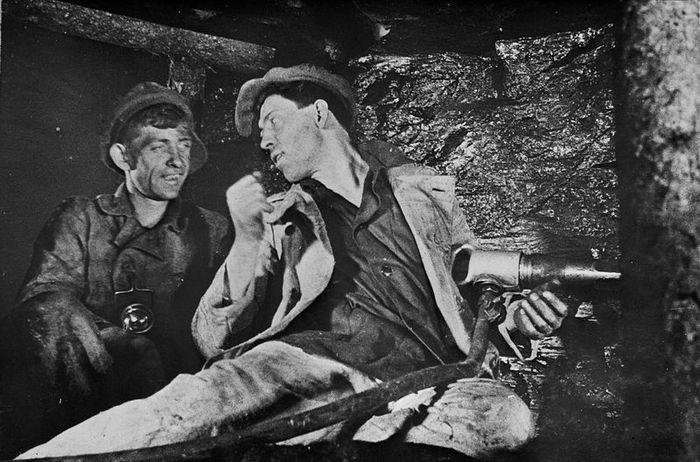 1935. Sztahanov, akiről a termelési mozgalmat elnevezték. A későbbiekben elképesztőbbnél elképesztőbb hamis rekordokat jegyeztek be munkások, brigádoknak tulajdonítva, propaganda szempontokból..jpeg