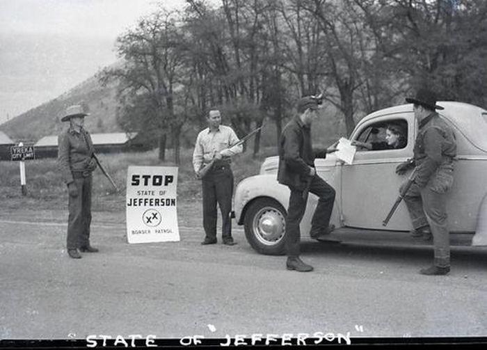 1941. Az újonnan kikiáltott rebellis állam Jefferson ideiglenes határán vadászpuskákkal felfegyverzett határőrök ellenőrzik a forgalmat..jpg