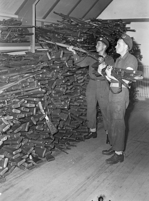 1945. Hollandia. Kanadai katonák próbálják raktározni a magukat megadó német csapatoktól zsákmányolt fegyvereket..jpg