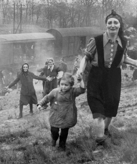 1945. Lengyelország. A szovjet hadsereg által elfoglalt területen deportálandó zsidókat szabadítottak ki a vagonokból..jpg