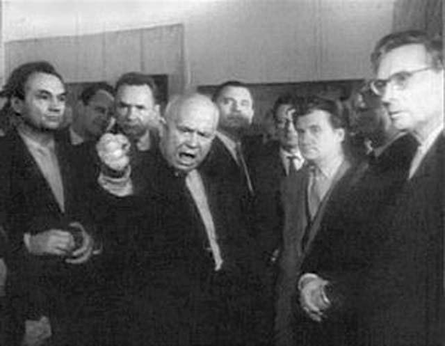 1962. Hruscsov kiakadt a modern művészek kiállításán és hangosan kikelve magából trágárságnak nevezte a munkákat..jpg