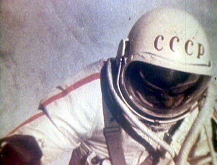 1965. Alexej Leonov szovjet űrhajós az első űrsétára készül..jpg