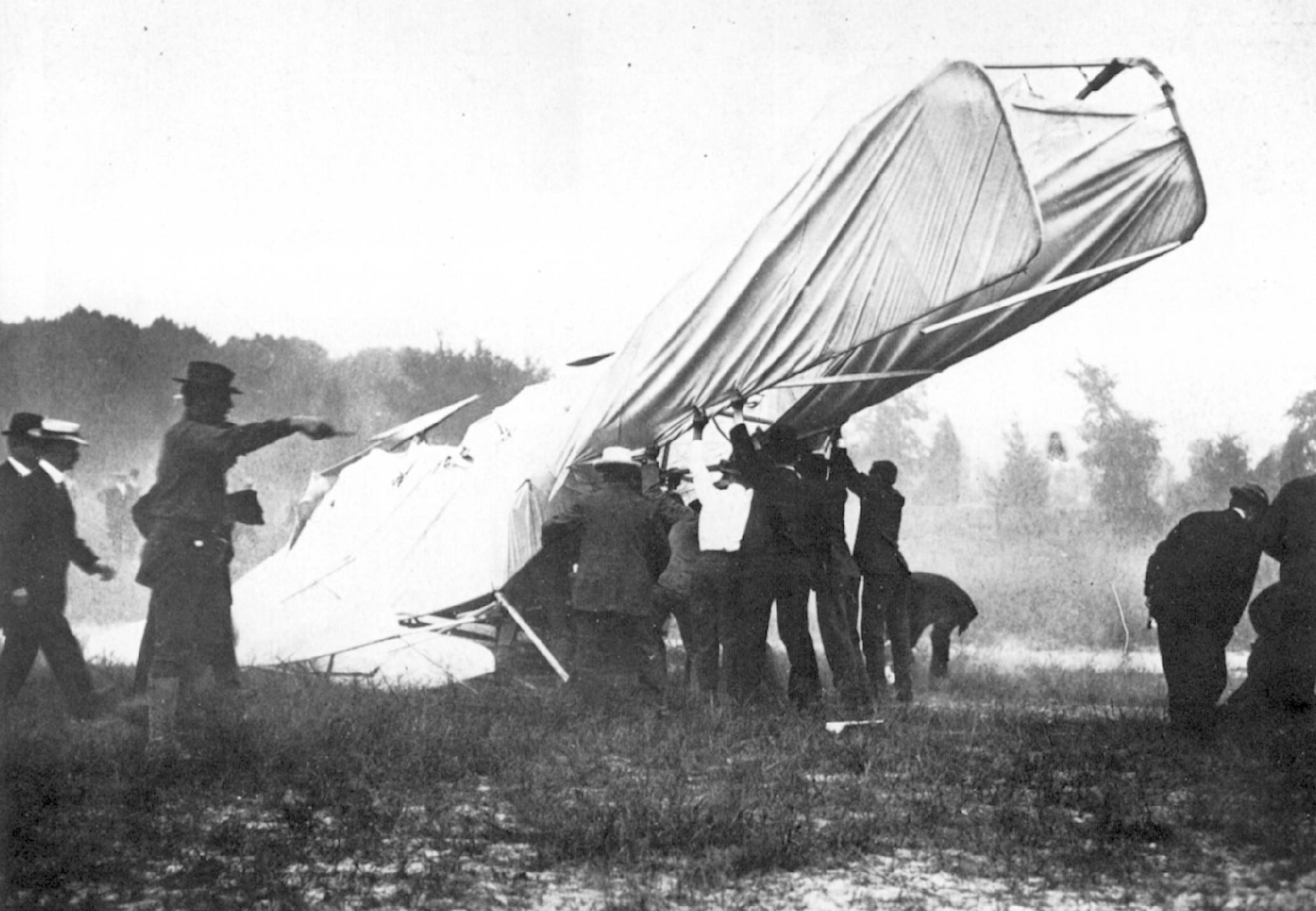 1908. Az első végzetes repülőgépbaleset, melyben Thomas Selfridge hadnagy utasként életét vesztette. Orwill Wright mögött utazott a katonaság számára rendezett bemutatón..jpg