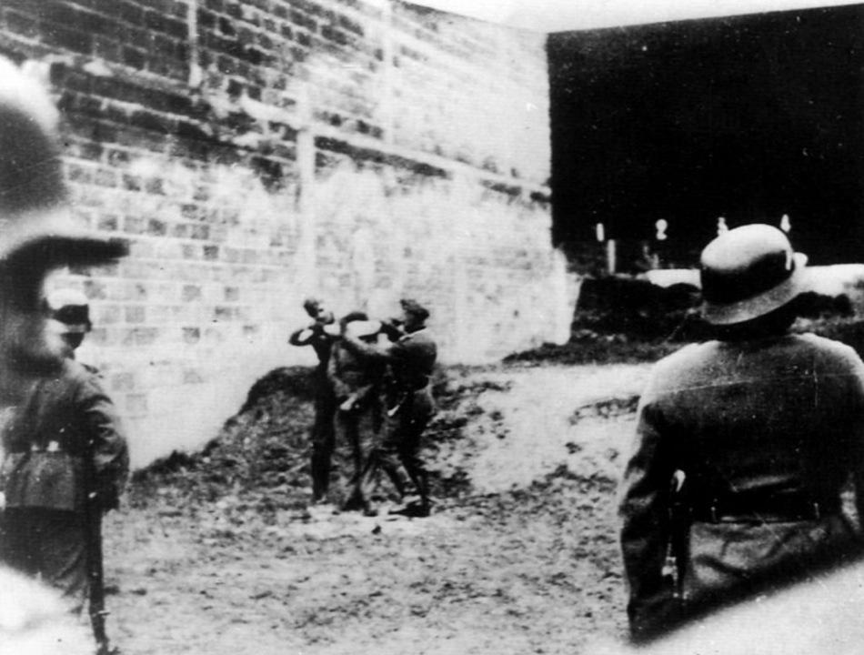 1941. Amiensben egy francia ellenállót készítenek fel a kivégzésre, a német telefonvonalak megrongálása miatt..jpg