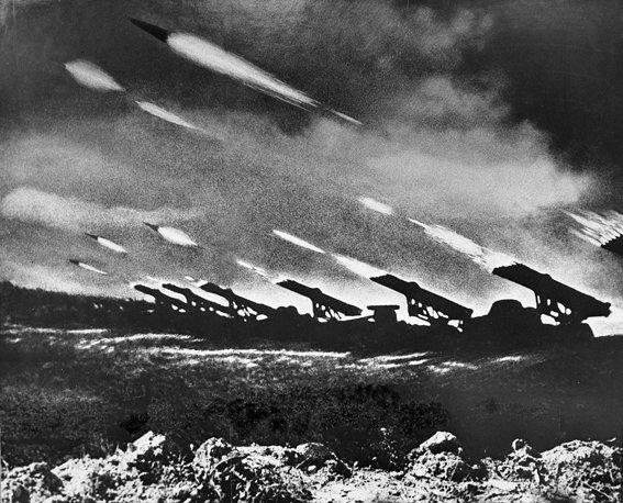 1944. Június. Katyusa rakétavetők munkában, a Bagraton hadműveletben, Belorussziában..jpg