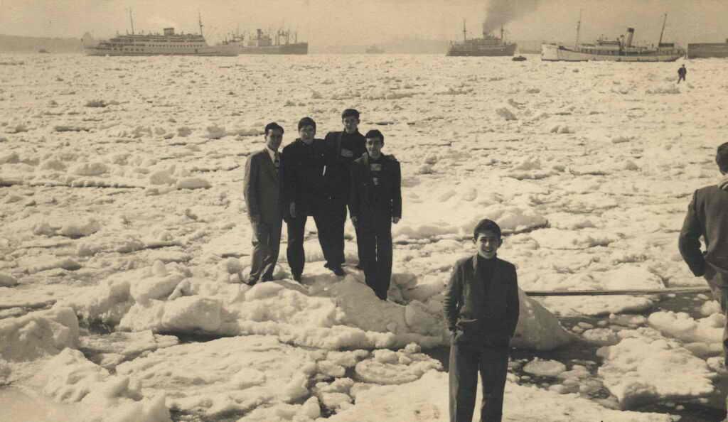 1954. Befagyott a Boszporusz.jpg