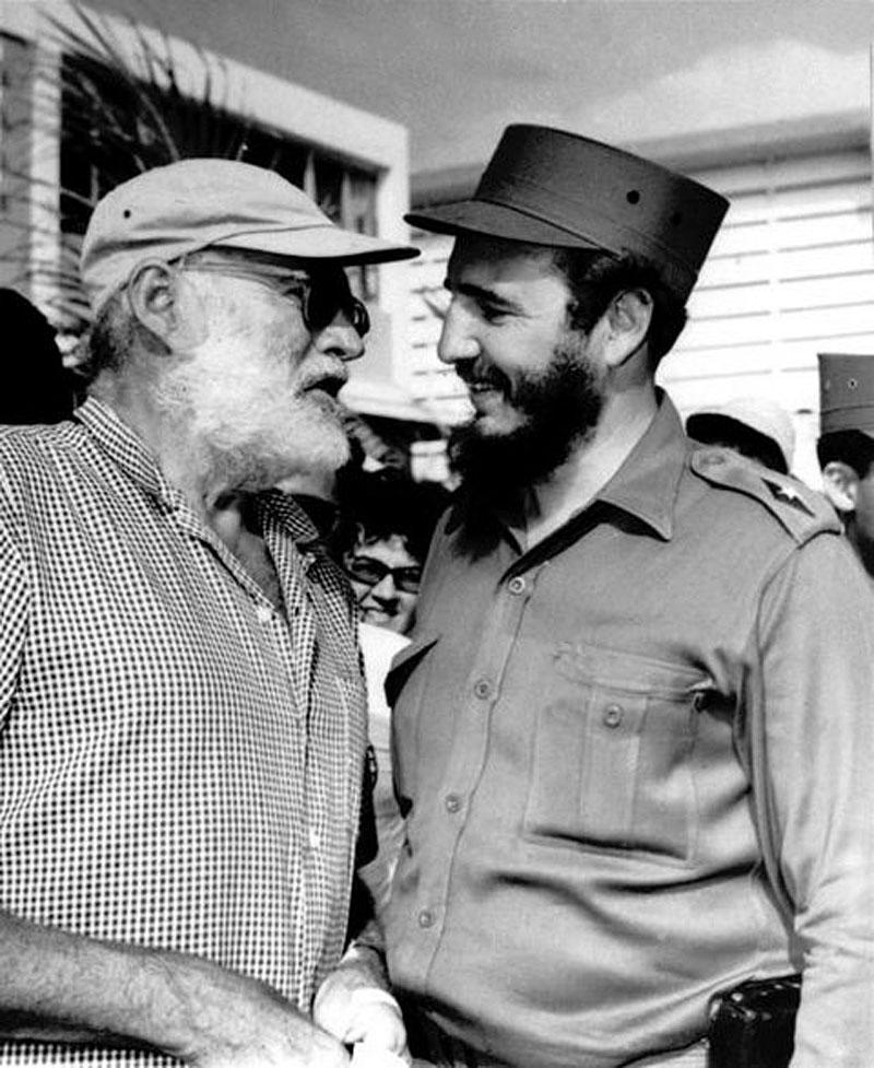 1960. Hemingway kezet ráz Castroval egy horgászverseny végeztével, amit Fidel nyert..jpg