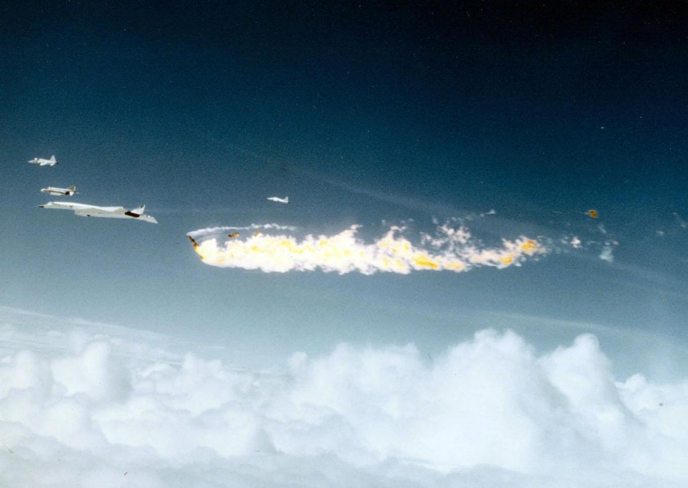 1966. Kísérleti XB-70A Valkyrie bombázó egy F-104 vadászgéppel ütközött az újságírók számára rendezett bemutatón. Mindkét gép pilótája belehalt..jpg