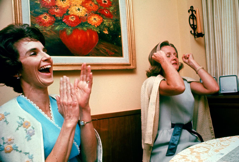 1968. Apollo 8 űrhajósok feleségei, amikor végre meghallották a visszatéréskor férjeik hangját..jpg