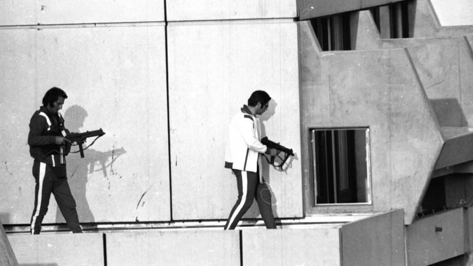 1972. Szeptember. Nyugat-német rendőr gépfegyverrel felszerelkezve a szomszédos erkélyről próbál a palesztín fegyveresek által túszként tartott izraeli sportolók apartmanjába jutni..jpg