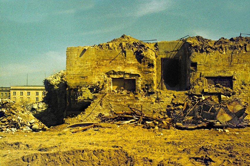 1987. Hitler bunkere az újbóli feltárás után, közvetlenül lebontása előtt..jpg