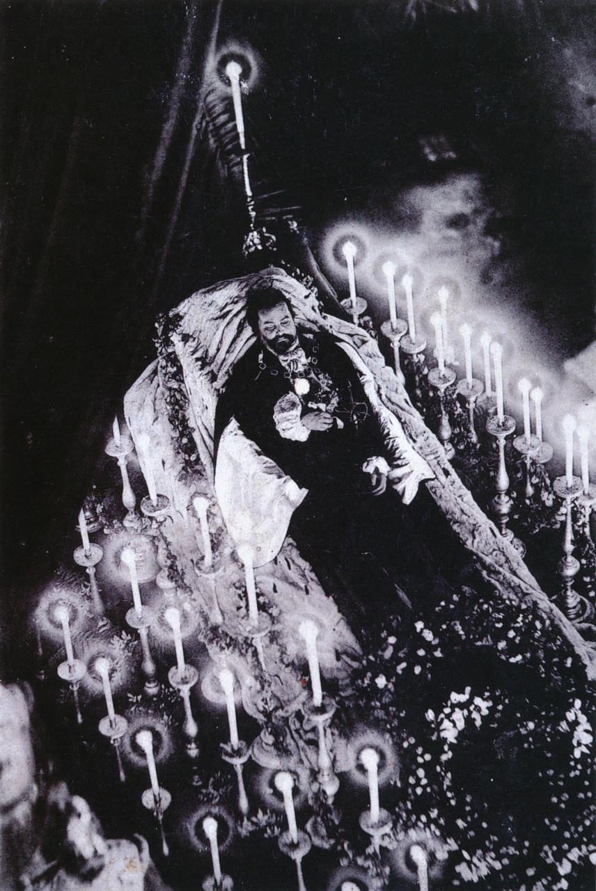 1886. Az őrültként elhíresült II. Lajos bajor király felravatalozott holtteste, miután tisztázatlan körülmények között egy tóba fulladt..jpg