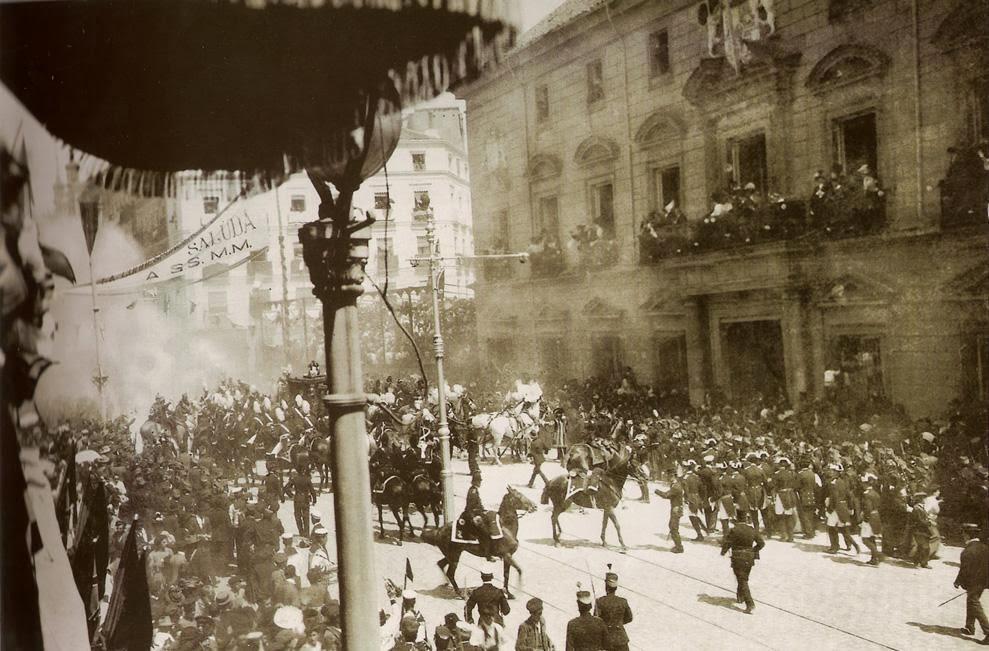 1906. Madrid. Mateu Morral anarchista, virágok közé rejtett bombája megölt 24 nézőt a XIII Alfonz spanyol király esküvőjén. A kép a robbanás pillanatában készült..jpg