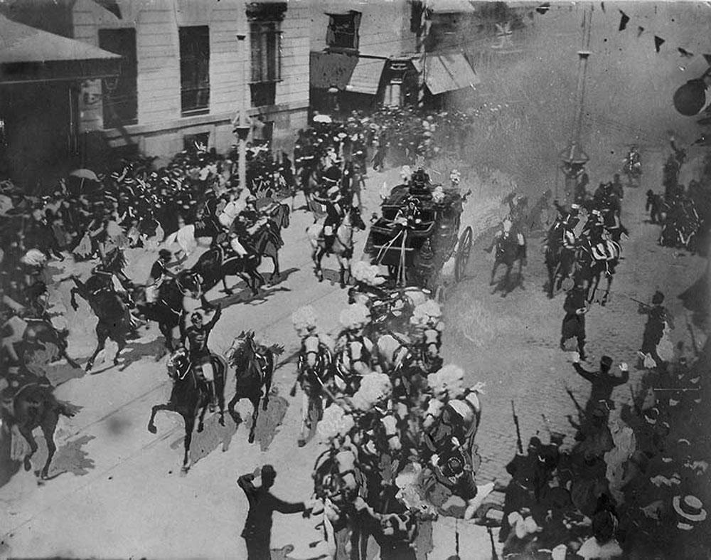 1906. Madrid. Mateu Morral anarchista, virágok közé rejtett bombája megölt 24 nézőt a XIII Alfonz spanyol király esküvőjén. Másik nézőpontból készült kép..jpg