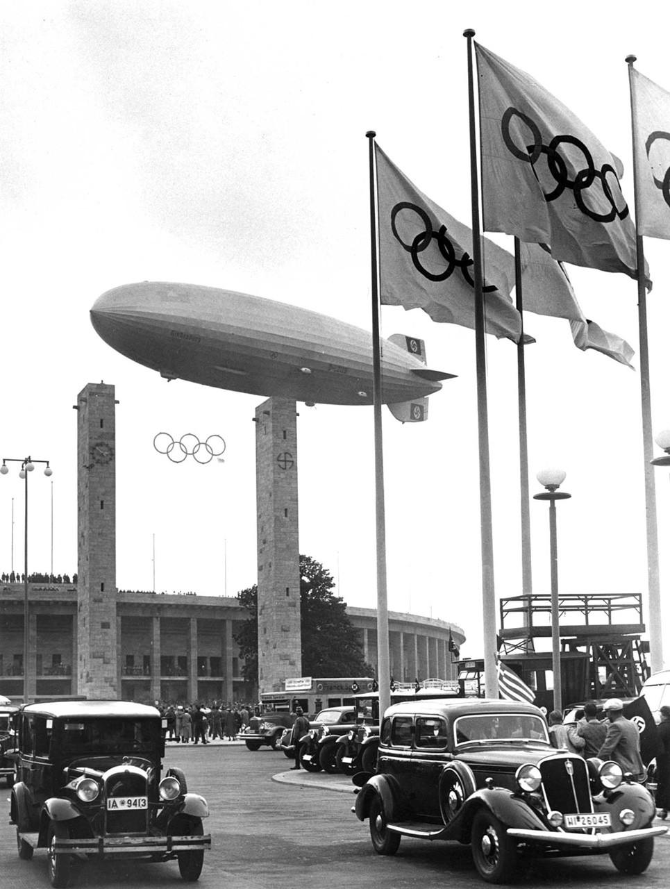 1936. Berlini olimpiai játékok, fölötte a Hindenburg..jpg