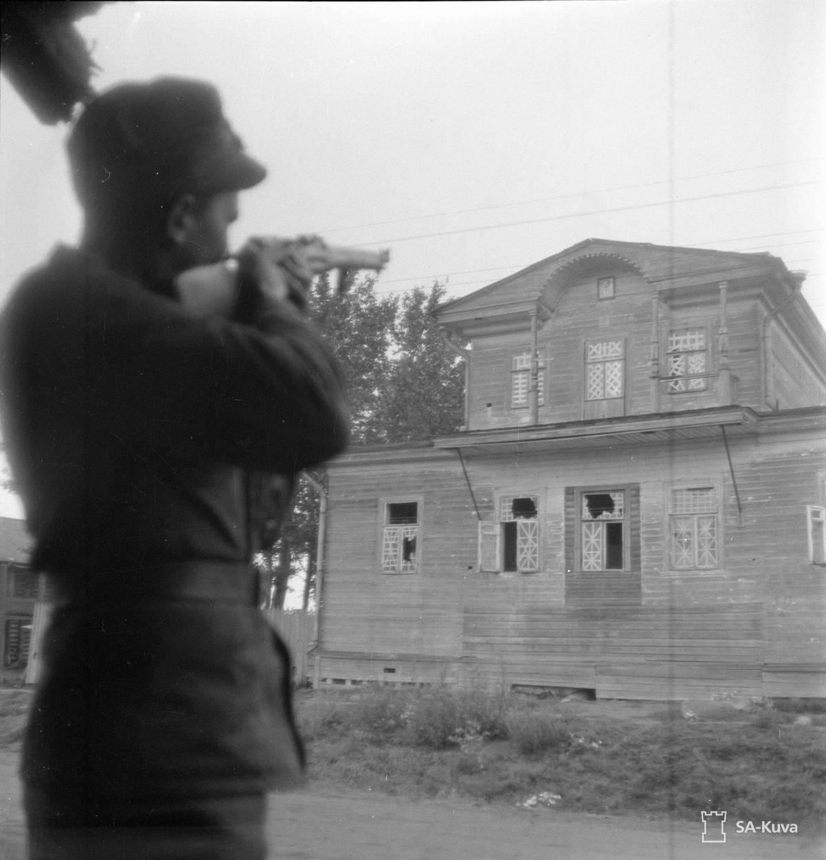 1941. Finn katona az aunusi posthivatal homlokzatán lógó Molotov képére lő célba..jpg
