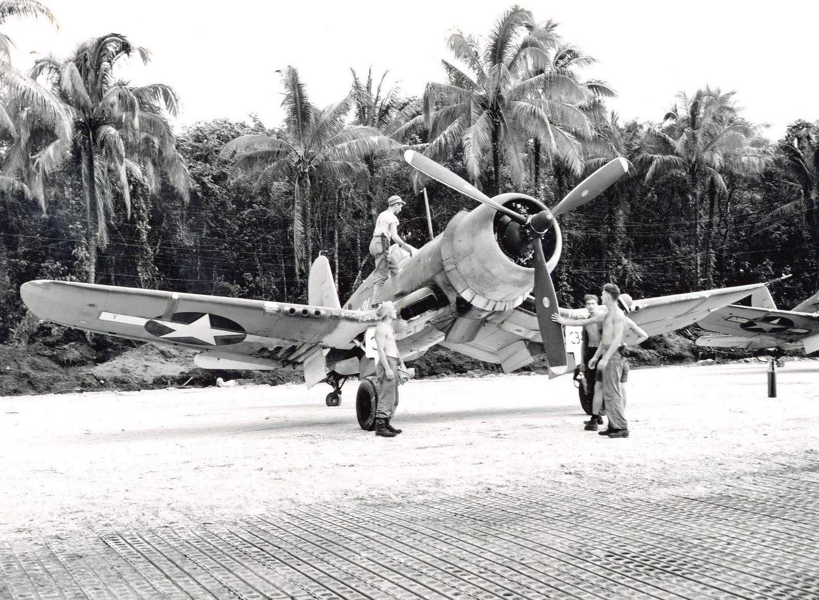 1943. F4U-1A Corsair gép és földi személyzete Torokina, Bougainville, Salamon szigetek..jpg