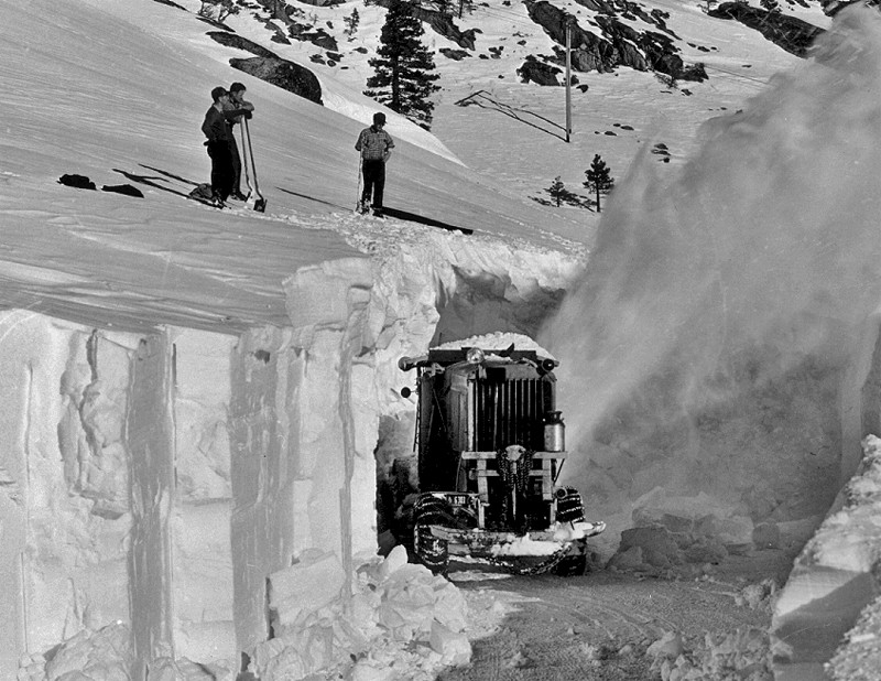 1952. Kaliforniában, Lake Tahoe közelében takarítják a 40-es utat, az évszázad harmadik legnagyobb hóesése után..jpg