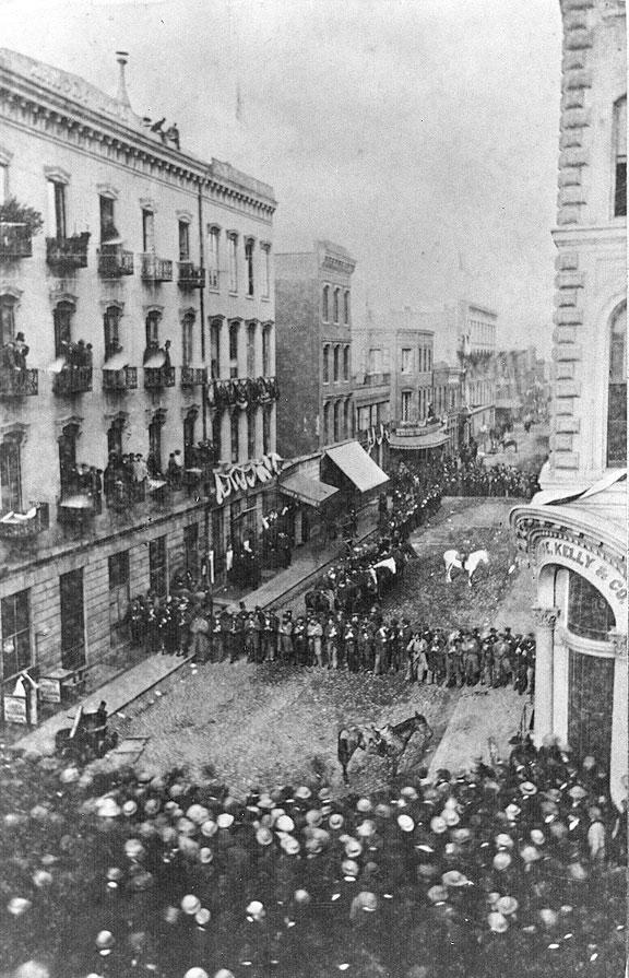 1861. San Francisco. Rendőrök védik egy újság szerkesztőségét a feldühödött tömeg ellen..jpg