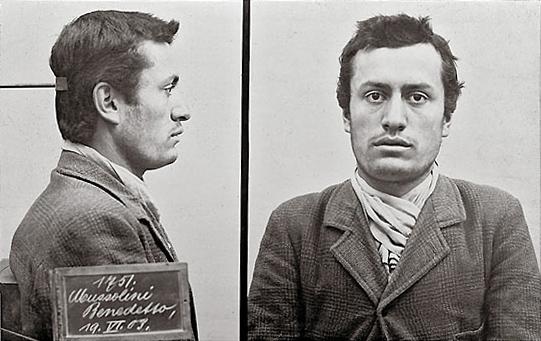 1903. Benito Mussolini rendőrségi felvétele. A svájci rendőrség vette őrizetbe, mert nem tudta magát papírokkal igazolni..jpg