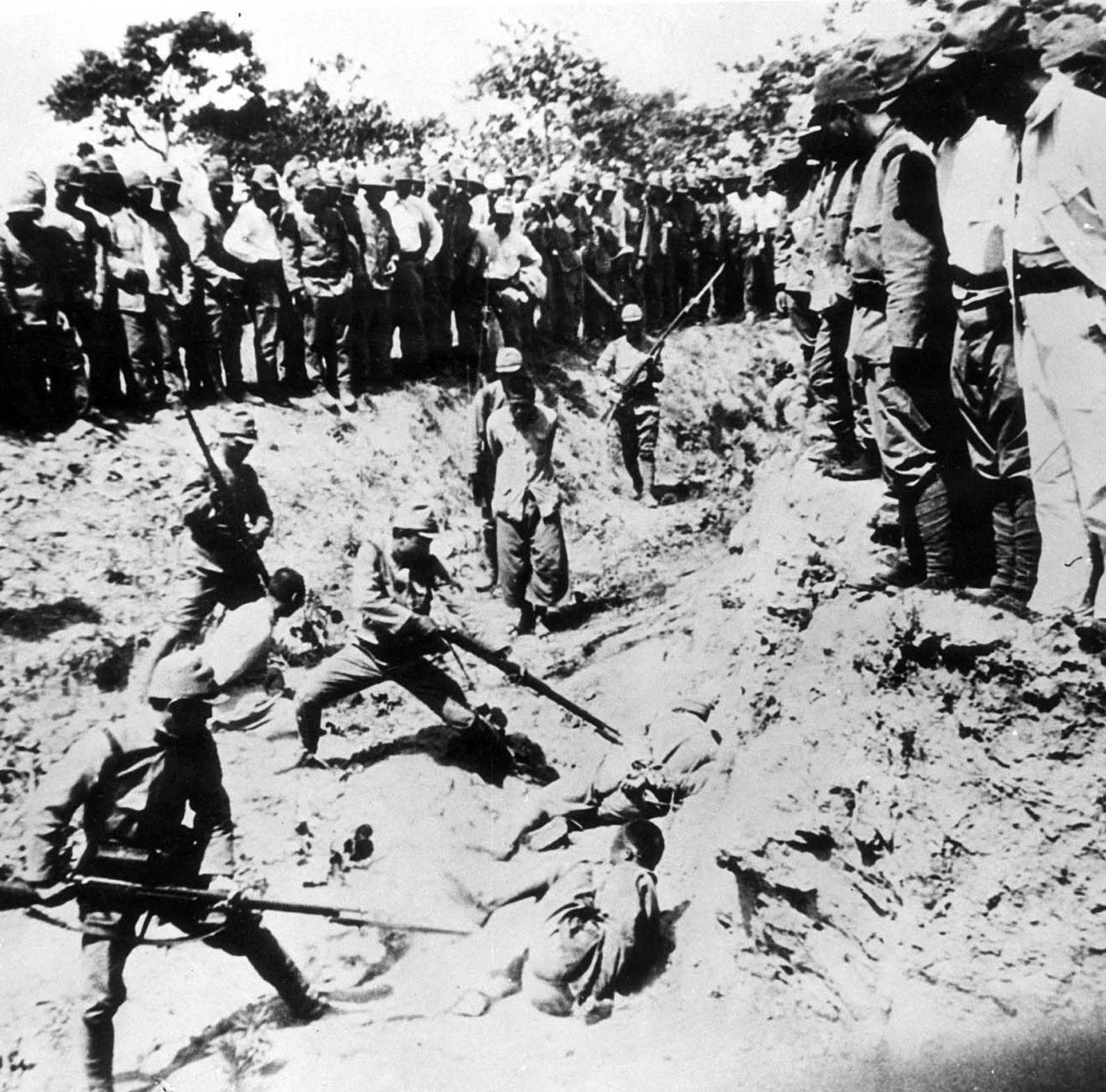 1938. Japánok civileket szúrnak halálra bajonettel a megszállt Kínában, Mandzsúriában..jpg