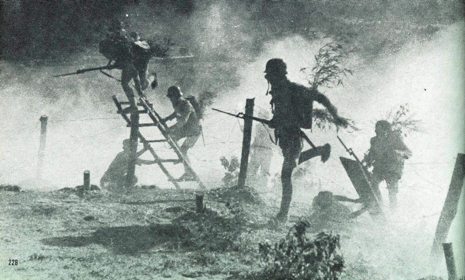 1944. November. Kínai katonák rohamoznak a Changde gáztámadás idején. 1937-től legalább 375 esetben vetettek be gázt a japánok Mandzsúriában. A gáztámadások parancsait Hirohito császár személyesen írta alá..jpg