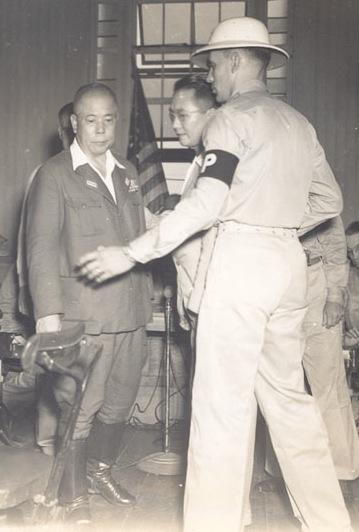 1946. Február 23. Tomoyuki Yamashita japán tábornok elhagyja a manilai tárgyalótermet, ahol háborús bűnökért halálra ítélték. A Fülöp-szigeteken volt a csendes-óceáni háborús színtér Nürnbergje..jpg
