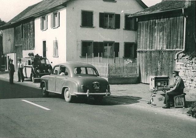 1954. Lichtensteini közlekedési rendőrök sebességet mérnek..jpg