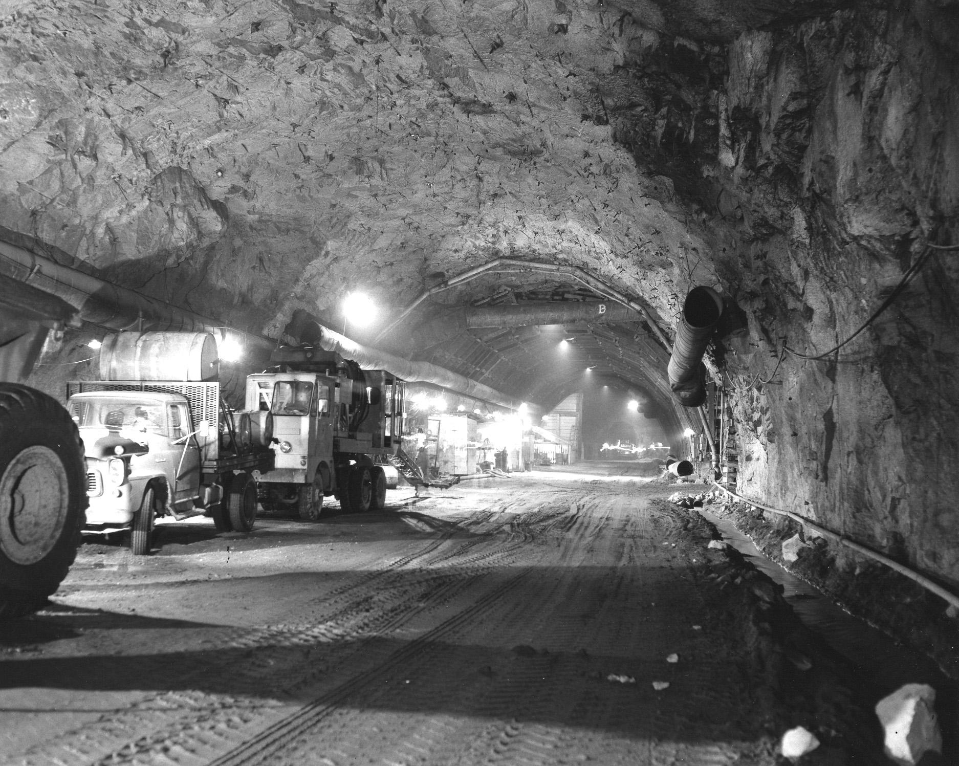 1962. A Cheyenne-hegy gyomrában készülő, nukleáris csapás elleni bunker (NORAD), az amerikai katonaság vezetősége és a kormányhivatalok részére..jpg