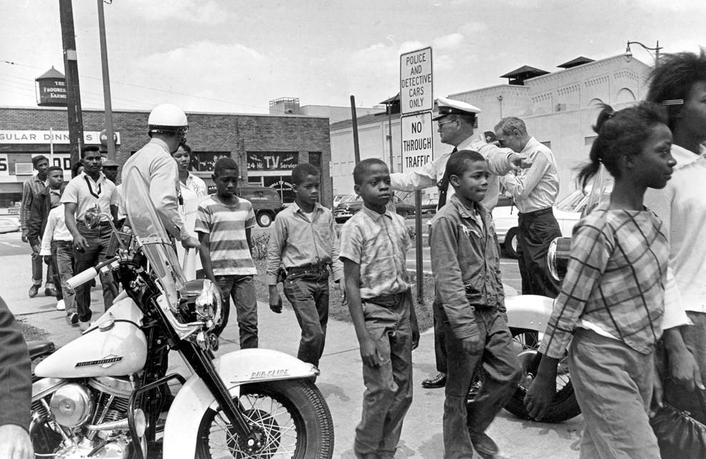 1963. Alabama. Rendörök kísérnek börtönbe iskolás gyerekeket, rasszizmus elleni _rendbontás_ miatt..jpg
