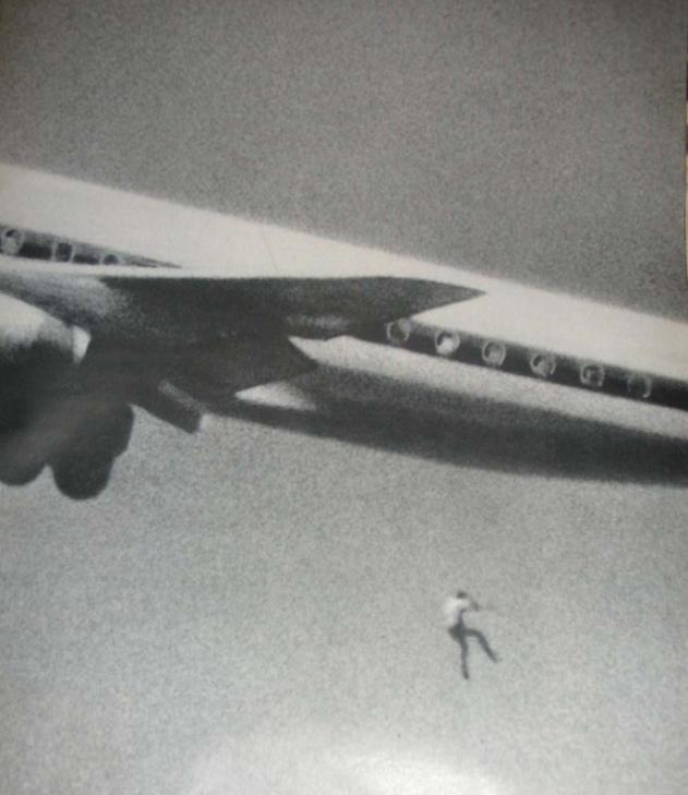 1970. Keith Sapsford 14 éves fiú, felszállás közben kiesik a Japan Air egyik gépének a futőműteréből, miután ott elbújva akart Sydneyből Tokióba repülni. Nem élte túl a hatvan méteres zuhanást..jpg