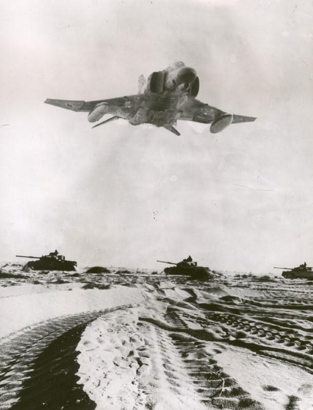 1973. Jóm Kippur háború alatt izraeli F4 vadászrepülő és tankok haladnak Egyiptom felé..jpg