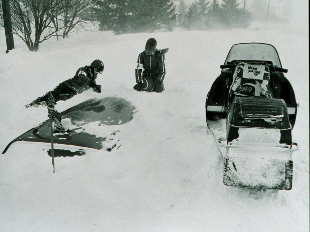 1977. Február. Vörös Keresztes mentők a nagy buffaloi hóviharban betemetett autóból mentenek egy sofőrt..jpg