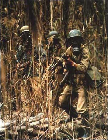 1985. Iráni katonák gázálarccal védekeznek az iraki gáztámadás ellen az irak-iráni háborúban..jpg