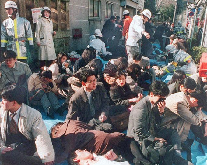 1995. Tokiói gáztámadás a metróban. Az Aum Shinrikyo szekta tagjai szaringázt engedtek ki a metróban, ezzel 13 ember halálát okozva. Vezetőjüket 1999-ben felakasztották..jpg