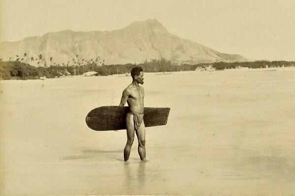 1890. Őslakos szörfözni készül Hawaii-on.jpg