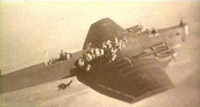 1930. Szovjet ejtőernyősök egy Tupoljev TV-3-ról ugranak..jpg