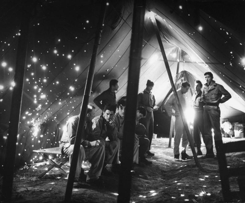 1944. Amerikai katonák Anzio-nál egy golyószaggatta sátorban pihennek. Többüket megölték vagy megsebesítették a németek lövedékei és repeszei..jpg